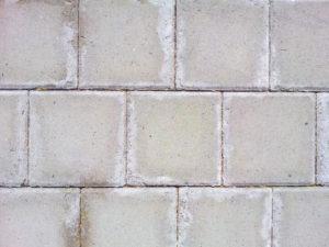 белые пятна на бетоне
