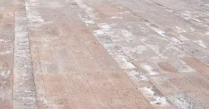 белые пятна на бетоне удалить