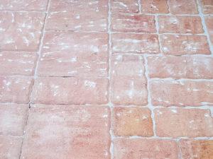 белый налет на бетоне