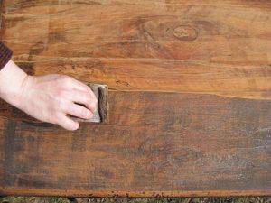как снять старый лак с дерева