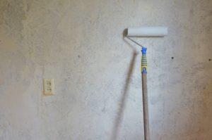 чем снять водоэмульсионную краску со стен