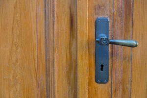 чем можно убрать лак с дверей