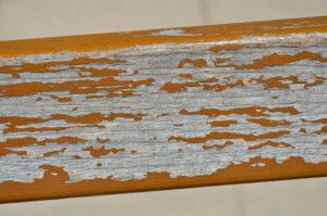 как быстро снять старую краску с дерева