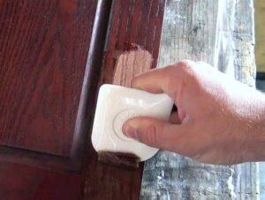 как просто снять лак с древесины