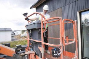 как снять старую краску с деревянного дома